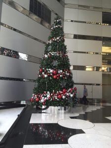 Decoración navideña en la oficina